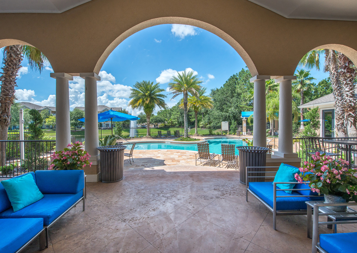 pool-covered-patio-jacksonville-apartments